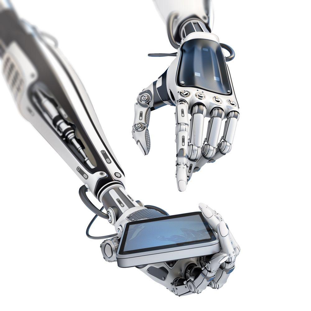 Zwei Roboterarme die ein Smartphone halten