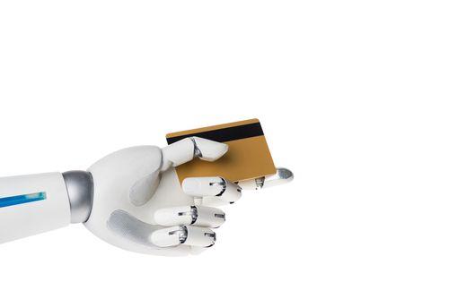 Eine Roboterhand mit Kreditkarte